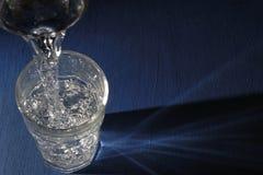 Glas van Water op Blauw Stock Fotografie