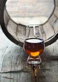 Glas van whisky en een oud vat Stock Afbeeldingen