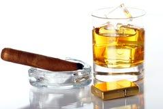 Glas van Whisky en Sigaar Royalty-vrije Stock Foto's