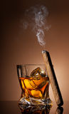 Glas van whisky en sigaar stock afbeelding