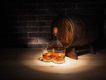 Glas van whisky, Sigaar en oud eiken vat stock foto