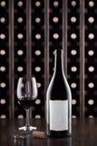 Glas van wijn en wijnfles Wijn het testen bij de opslag De kelder van de wijn royalty-vrije stock afbeeldingen