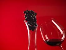 Glas van wijn, waterkruik en druivenbundel Royalty-vrije Stock Afbeelding