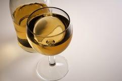 Glas van witte wijn en fles Stock Fotografie