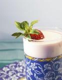 Glas van yoghurt en aardbei Stock Afbeeldingen