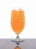 Glas vers die jus d'orange op wit wordt geïsoleerd Stock Foto