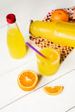 Glas vers gedrukt jus d'orange royalty-vrije stock foto