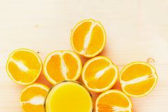 Glas vers gedrukt jus d'orange met gesneden sinaasappel halfs stock foto's