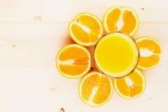 Glas vers gedrukt jus d'orange met gesneden sinaasappel halfs royalty-vrije stock afbeeldingen