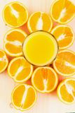 Glas vers gedrukt jus d'orange met gesneden sinaasappel halfs royalty-vrije stock foto