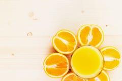 Glas vers gedrukt jus d'orange met gesneden sinaasappel halfs royalty-vrije stock fotografie