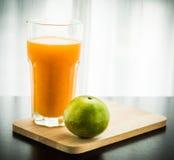 Glas vers gedrukt jus d'orange met sinaasappel Stock Foto