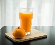 Glas vers gedrukt jus d'orange met sinaasappel Royalty-vrije Stock Afbeelding