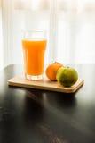 Glas vers gedrukt jus d'orange met sinaasappel twee Royalty-vrije Stock Foto