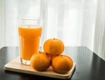 Glas vers gedrukt jus d'orange met sinaasappel vier Royalty-vrije Stock Afbeeldingen