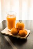 Glas vers gedrukt jus d'orange met sinaasappel vier Stock Afbeeldingen