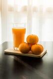 Glas vers gedrukt jus d'orange met sinaasappel vier Royalty-vrije Stock Foto