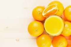 Glas vers gedrukt jus d'orange met sinaasappelen stock foto