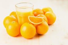 Glas vers gedrukt jus d'orange met sinaasappelen royalty-vrije stock afbeelding