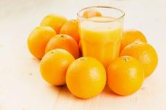 Glas vers gedrukt jus d'orange met sinaasappelen stock fotografie
