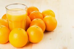 Glas vers gedrukt jus d'orange met sinaasappelen stock foto's
