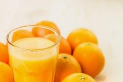 Glas vers gedrukt jus d'orange met sinaasappelen royalty-vrije stock foto
