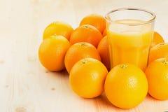 Glas vers gedrukt jus d'orange met sinaasappelen royalty-vrije stock foto's