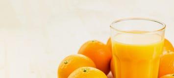 Glas vers gedrukt jus d'orange met sinaasappelen royalty-vrije stock fotografie