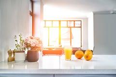 Glas vers gedrukt jus d'orange op de achtergrond van sinaasappelen op witte lijst, vage achtergrond stock fotografie