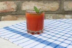 Glas vers gedrukt tomatesap stock fotografie