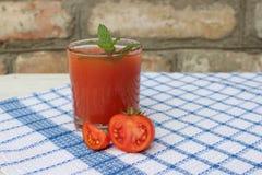 Glas vers gedrukt tomatesap stock afbeelding