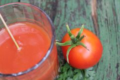 Glas vers gedrukt tomatesap royalty-vrije stock afbeeldingen