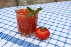 Glas vers gedrukt tomatesap stock foto's
