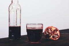 Glas vers gemaakt granaatappelsap dichtbij fles royalty-vrije stock fotografie