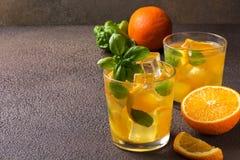 Glas vers jus d'orange met verse vruchten Stock Fotografie