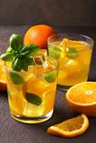 Glas vers jus d'orange met verse vruchten Stock Foto