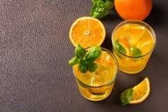 Glas vers jus d'orange met verse vruchten Royalty-vrije Stock Foto