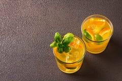Glas vers jus d'orange met verse vruchten Royalty-vrije Stock Afbeeldingen