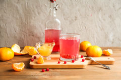 Glas vers rode aalbessensap Stock Foto