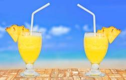Glas Verse Ananas Juice On een Lijst dichtbij het Strand Royalty-vrije Stock Foto's