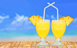 Glas Verse Ananas Juice On een Lijst dichtbij het Strand Royalty-vrije Stock Foto