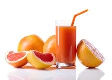 Glas verse grapefruit juice en besnoeiingsvruchten witte achtergrond Stock Foto's