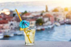 Glas verse limonade met de mening van Omis Riviera bij zonsondergang, Kroatië royalty-vrije stock afbeelding