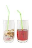 Glas Vitamin-Pillen gegen Saft - Lokalisierung Lizenzfreie Stockfotografie