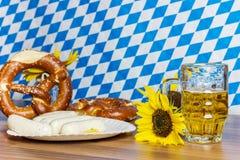 Glas voll vom Bier mit prezels und traditioneller bayerischer Wurst Stockfotografie