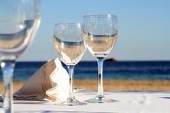 Glas voll vom Meer und von der Sonne lizenzfreie stockfotografie