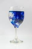Glas voll vom Wasser mit Tintenfarbe Lizenzfreies Stockbild
