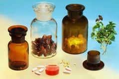 Glas voll von den pharmazeutischen Produkten Stockfoto