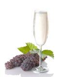 Glas von Champagne mit Trauben und Blättern stockbilder