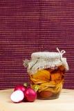 Glas von in Essig eingelegtem des Käses mit Rettich vertikal Stockfoto